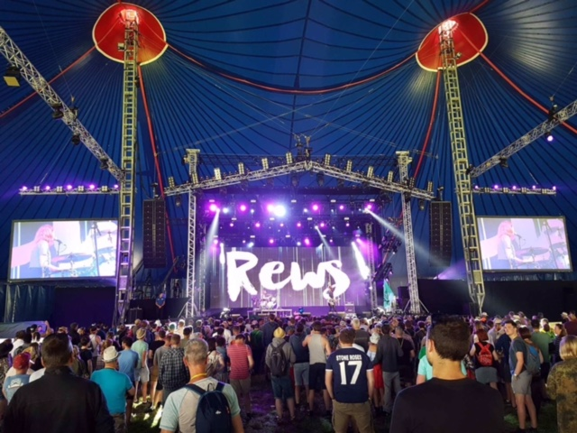 rews-on-stage-at-glastonbury-2017-2